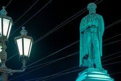 Representa al poeta A S Pushkin en el web de alambres Foto de archivo