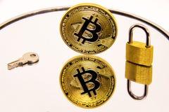 Representación conceptual de la seguridad o de la seguridad del bitcoin en una superficie blanca del espejo Foto de archivo
