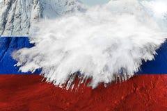 representación 3D de la bandera rusa sobre la montaña con la avalancha stock de ilustración