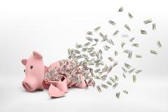 representación 3d de una hucha rota rosada que está situada en un fondo blanco con muchos billetes de banco del dólar que vuelan  imagen de archivo