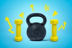 representación 3d del kettlebell negro y de dos pesas de gimnasia amarillas en fondo azul imagenes de archivo