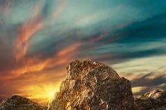 representación 3d del pico de montaña en cielo dramático de la tarde stock de ilustración