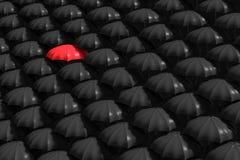 representación 3D: el ejemplo del paraguas rojo se destaca de la muchedumbre de muchos paraguas blancos y negros Negocio, concept Fotografía de archivo libre de regalías