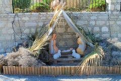 Representación de la escena de la natividad en la calle de la ciudad fotos de archivo