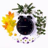 Representación de las estaciones del año a través del despertador y Fotos de archivo libres de regalías