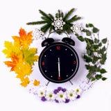 Representación de las estaciones del año a través del despertador y Imágenes de archivo libres de regalías