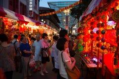 Representación del entretenimiento usando quadcopter en Chinatown Imagen de archivo libre de regalías