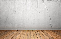 Representación del interior con la pared agrietada concreta blanca y el piso de madera Imagen de archivo