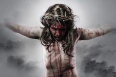 Representación del Jesucristo en la cruz en fondo de la nube imagen de archivo
