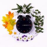 Representando as estações do ano através do despertador e Foto de Stock Royalty Free
