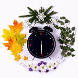 Representando as estações do ano através do despertador e Imagens de Stock Royalty Free
