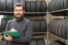 Representant med near gummihjul för skrivplatta på kuggar Arkivfoto