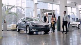 Representant som introducerar den nya bilen i visningslokal arkivfilmer