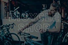 Representant som rymmer cykelstyrena arkivfoto