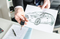 Representant som rymmer en tangent och visar en bildesign Arkivfoton