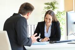 Representant som säljer till en klient på kontoret royaltyfri fotografi