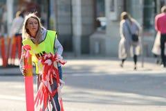 Representant som tar bort utrustning efter loppet Royaltyfri Foto