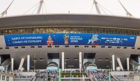 Representantbilder och inskrifter, symbolics och logoer av den FIFA världscupen 2018 på en fasad av St Petersburg stadion Arkivbild
