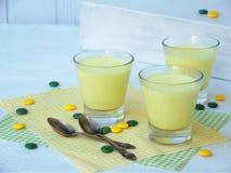 Representante amarelo da sobremesa do extrato do leite e do coalho com cúrcuma nos vidros no fundo claro Geleia-como o pudim feit fotografia de stock