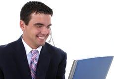 Representante atractivo del servicio de atención al cliente con el receptor de cabeza y los comp fotos de archivo libres de regalías
