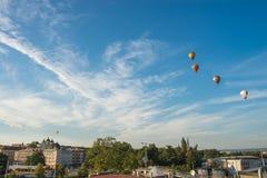 Representante checo de Olomouc, o 18 de agosto de 2017 Balões de ar quente que voam sobre a cidade de Olomouc e sobre a igreja de Foto de Stock