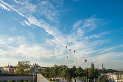 Representante checo de Olomouc, o 18 de agosto de 2017 Balões de ar quente que voam sobre a cidade de Olomouc e sobre a igreja de Foto de Stock Royalty Free