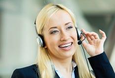 Representante de serviço ao cliente fêmea no dispositivo livre das mãos fotografia de stock royalty free