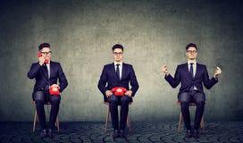 Representante de serviço ocupado e calmo do cumstomer que senta-se na cadeira fotografia de stock
