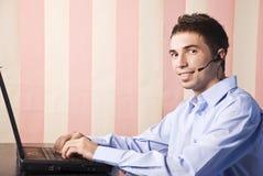 Representante del servicio de atención al cliente del hombre joven Imágenes de archivo libres de regalías