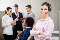 Representante/delegado de servicio de atención al cliente confiado Standing imagenes de archivo