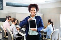 Representante/delegado de servicio de atención al cliente Displaying Tablet fotos de archivo libres de regalías