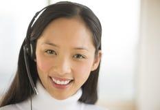 Representante/delegado de servicio de atención al cliente femenino feliz Imagenes de archivo