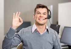 Representante/delegado de servicio de atención al cliente Showing Ok Sign imágenes de archivo libres de regalías