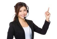 Representante/delegado y finger de servicios de atención al cliente que señalan hacia arriba foto de archivo libre de regalías