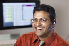 Representante sonriente del servicio de atención al cliente Foto de archivo libre de regalías