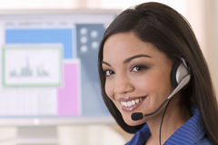 Representante sonriente del servicio de atención al cliente Imagen de archivo
