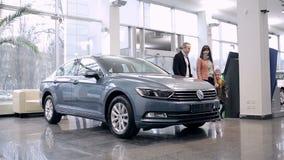 Representanten möter familjen i en bilåterförsäljare lager videofilmer