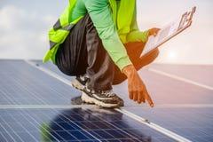 Representanter arbetar på sol- alternativ strömförsörjning och lägenhetsyta naturlig energi royaltyfri bild