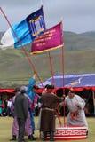 Representanter installerar flaggor för Naadam ceremoni Royaltyfri Bild