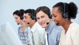 Representantes del servicio de atención al cliente con el receptor de cabeza encendido Imagenes de archivo