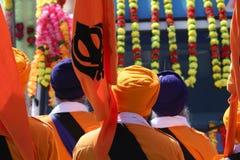 Representantes sikh da religião com bandeiras e vestidos durante imagem de stock royalty free