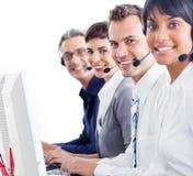 Representantes sonrientes del servicio de atención al cliente con la pista imagenes de archivo