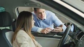 Representantshow informationen på minnestavlan till affärskvinnan i bil för kabin` s lager videofilmer
