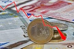 Represente graficamente mostrar a diminuição da moeda de papel e das moedas do Euro Fotos de Stock Royalty Free