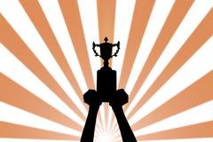 Represente a mão da silhueta guardar o copo do troféu do vencedor no campeões Foto de Stock Royalty Free