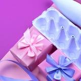 Represente os ovos roxos em um fundo cor-de-rosa ultravioleta Imagem de Stock Royalty Free