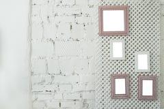 Represente quadros da foto em uma parede de tijolo branca Fotos de Stock
