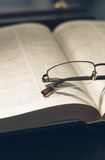 Represente uma pilha dos livros e dos monóculos, com retro Imagem de Stock Royalty Free