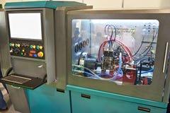 Represente verificando injetores diesel e bombas na oficina Fotos de Stock