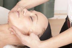 Reprise d'un massage facial Photos stock